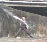 商务人士TANAKA HIROAKI双持两把雨伞大秀武术动作